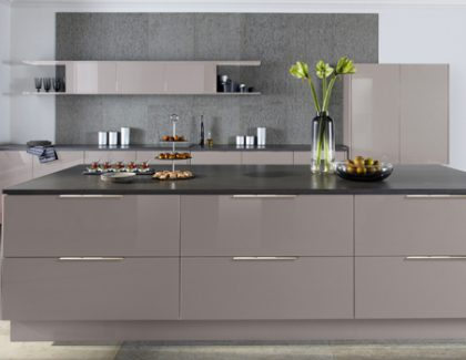 Caple's Juko Gloss kitchen prepares to shine with a Cashmere finish